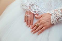 Bröllopsklänning- och bruds handcirkel Royaltyfria Foton