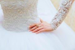 Bröllopsklänning- och bruds handcirkel Arkivbild