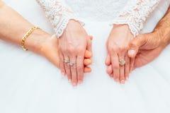 Bröllopsklänning- och bruds handcirkel Arkivbilder