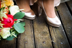 Bröllopsklänning och skor arkivbild