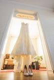 Bröllopsklänning på dörröppningen Arkivfoto