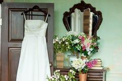 Bröllopsklänning på en hängare royaltyfria foton