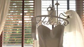 Bröllopsklänning på hängare arkivfilmer