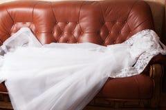 Bröllopsklänning på soffan Fotografering för Bildbyråer