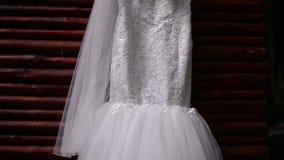 Bröllopsklänning som hänger på klädhängare stock video