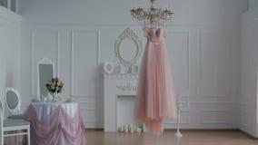 Bröllopsklänning som hänger på ljuskronan i 4K UHD lager videofilmer