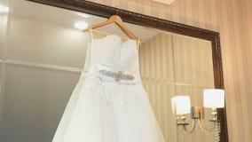 Bröllopsklänning som inomhus hänger på skuldror lager videofilmer