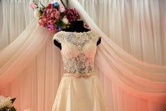 Bröllopsklänningar på hängare och attrapper fotografering för bildbyråer