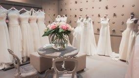 Bröllopsklänningar på skärm på Si Sposaitalia i Milan, Italien Royaltyfri Foto