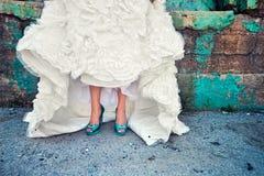 Bröllopsklänningen i stads- förlägger Royaltyfria Bilder