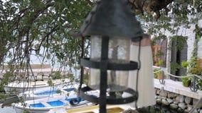 Bröllopsklänningen verkar bakifrån ljuset nära det gamla husslutet havet lager videofilmer