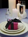 Bröllopslunchen som äter middag tabellinställningen med rosa färger, framlägger gåvan Royaltyfri Bild