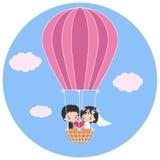 Bröllopsresa i en ballong för varm luft Royaltyfri Foto