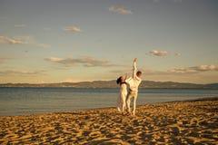 Bröllopsresa precis gift begrepp Man- och kvinnadansen, kopplar ihop lyckligt på semester Förälskad spring för par på stranden royaltyfria foton