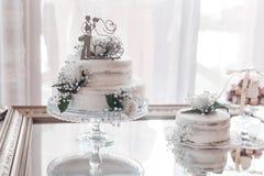 Bröllopstårta av bruden och brudgummen, bröllopdag royaltyfri bild