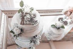 Bröllopstårta av bruden och brudgummen, bröllopdag arkivfoto