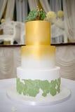 Bröllopstårta för grön guld Royaltyfria Foton
