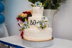Bröllopstårta i vit- och blåttfärger Arkivfoto