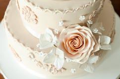 Bröllopstårta kaka för att gifta sig garnering på kakan Royaltyfria Bilder