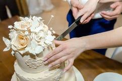 Bröllopstårta kaka för att gifta sig garnering på kakan Arkivbilder
