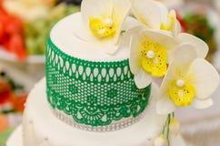 Bröllopstårta kaka för att gifta sig garnering på kakan Arkivfoto