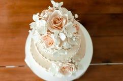 Bröllopstårta kaka för att gifta sig garnering på kakan Arkivbild