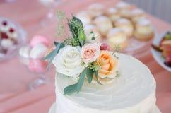 Bröllopstårta kaka för att gifta sig garnering på kakan Royaltyfria Foton