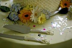 Bröllopstårta knivarna och blommorna Royaltyfria Bilder