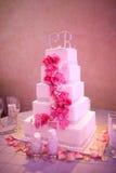 Bröllopstårta med blommor Arkivfoto