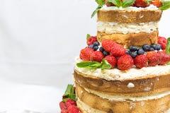 Bröllopstårta med frukt arkivbild