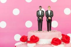 Bröllopstårta med glade par Fotografering för Bildbyråer