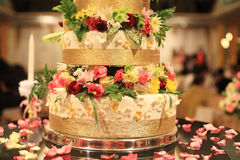 Bröllopstårta med härliga dekorerade blommor Arkivbilder