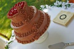 Bröllopstårta med körsbär överst utanför Royaltyfria Bilder