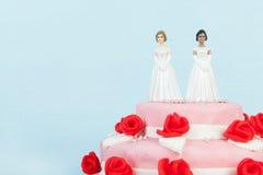Bröllopstårta med lesbiska par Arkivfoton