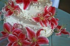 Bröllopstårta med många röda liljor Royaltyfri Bild