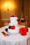 Bröllopstårta med ro Royaltyfria Foton