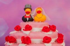 Bröllopstårta med roliga änder Arkivfoto