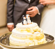 Bröllopstårta med statyetter av pingvin Royaltyfri Fotografi