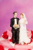 Bröllopstårta med tappningpar Arkivbild