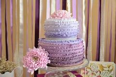 Bröllopstårta och blomma arkivbilder