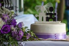 Bröllopstårta- och blommabouqet Royaltyfri Foto