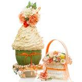 Bröllopstårta och bukett Arkivfoto