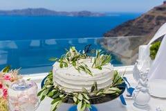 Bröllopstårta och buketter av blommor Arkivbilder