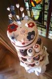 Bröllopstårta- och koppkakor Arkivfoto