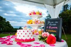 Bröllopstårta och muffin Arkivbild