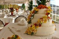 Bröllopstårta på en tabell Royaltyfri Bild
