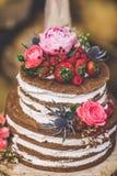 Bröllopstårta på träplattan arkivbilder