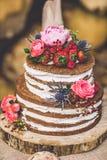 Bröllopstårta på träplattan fotografering för bildbyråer