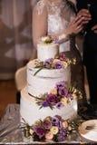 Bröllopstårtacloseup på ett verkligt mottagande och slutet av partiet - Closeup fotografering för bildbyråer