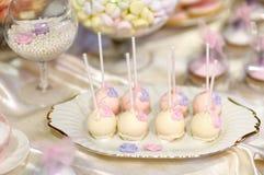 Bröllopstårtan poppar i rosa färger och lilor Fotografering för Bildbyråer